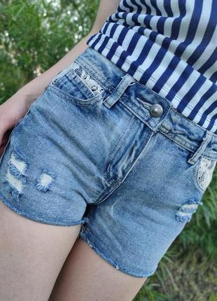 Красивые джинсовые шорты с гипюром