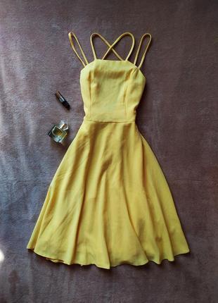 Красивое жёлтое платье сарафан миди на тонких бретельках с открытой спиной