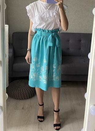 Натуральная яркая юбка миди с тканевым ремешком и вышивкой