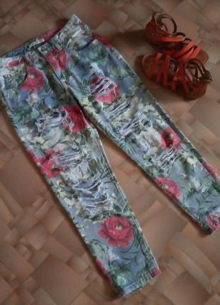 Тонкие рваные укороченные джинсы в цветочный принт.