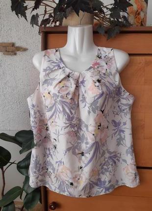 Нежная блузка в цветочный принт, по бокам разрезы, красивая застежка на спинке