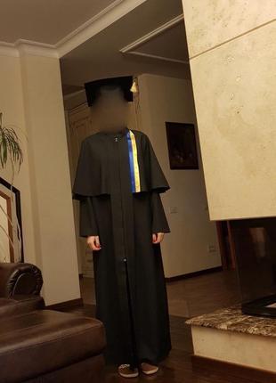 Мантия для выпуска и академическая шапочка