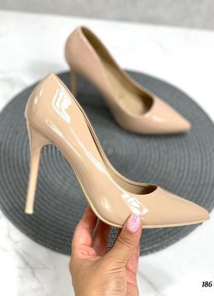 Бежевые лакированные туфли лодочки на шпильке
