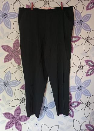 Укороченные штаны с красивыми декорированными пуговками впереди