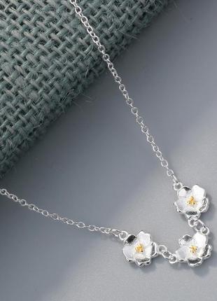Серебряное колье в цветочной дизайне