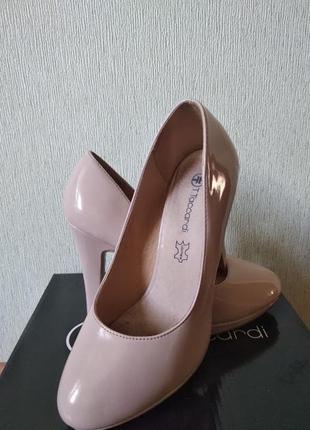 Бежевые лаковые пудровые туфли лодочки на низком каблуке