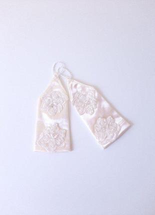 Перчатки айвори с аппликацией под нарядное платье