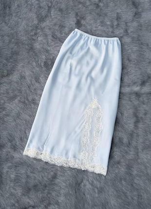 Атласная юбка миди с кружевным декором