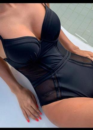 Крутий купальник в чорному кольорі.