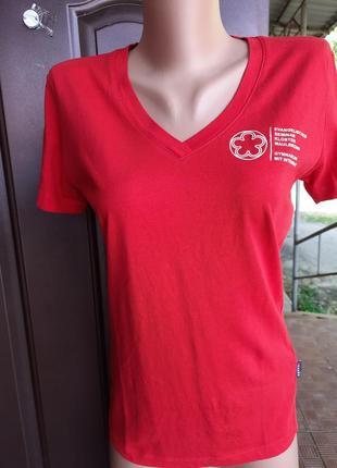 Красная футболочка