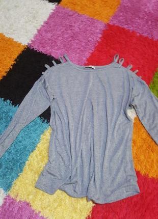 Красивая легкая кофточка . рубашка. декорированы плечи