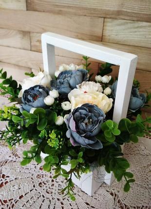 Декоративное кашпо, цветы, цветочная композиция в деревянном ящичке, декор на стол.