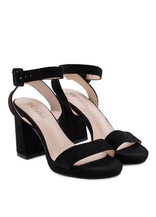 Летние чёрные босоножки на широком каблуке