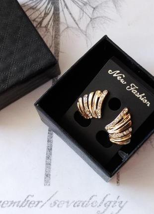 Распродажа! нарядные золотистые серьги гвоздики в подарочной коробочке, вечерние сережки