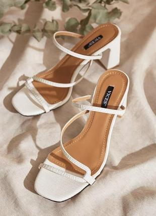 Белые мюли на каблуке с переплетенными ремешками