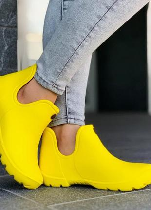 Резиновые ботинки желтые