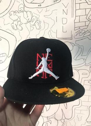Снэпбек jordan черный белое лого на красном фоне
