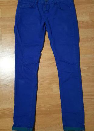 Синие яркие джинсы размер м