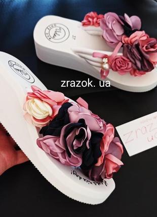 Белые шлёпанцы шлепки тапки на танкетке босоножки с цветами