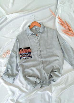 Серая рубашка с разеоцветным карманом