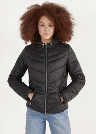Стеганая куртка с капюшоном. чорна дута куртка.