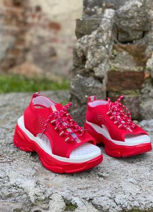 Стильные красные босоножки под спорт,на платформе