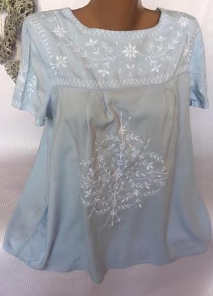 Нежная футболка , блуза с вышивкой