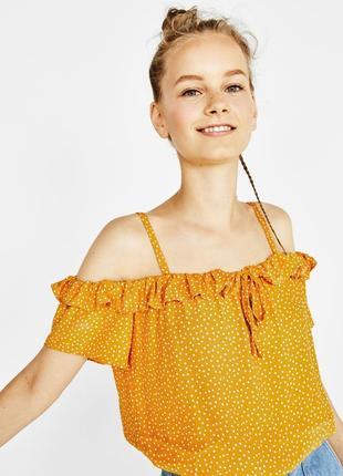 Блузка з широким декольте в горошок bershka