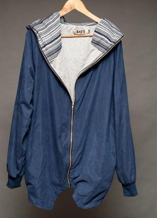 Куртка на молнии с капюшоном женская.