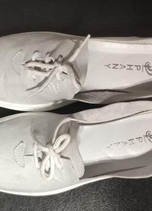 Летние белые кожаные туфли