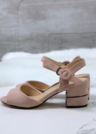 Элегантные пудровые босоножки на среднем каблуке