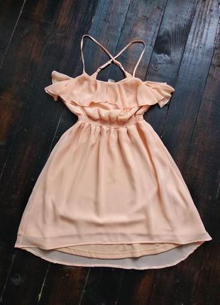 Нежное персиковое платье с рюшами на тонких бретелях
