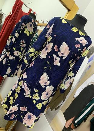 Платье в цветы свободного кроя