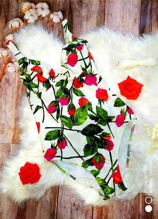 Неотразимый, яркий белый купальник в цветах triumph, размер s.