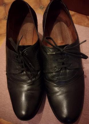 Шкіряні туфлі.