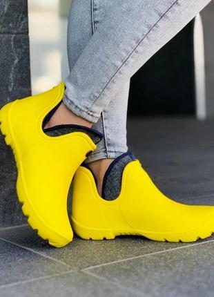 Резиновые желтые ботики