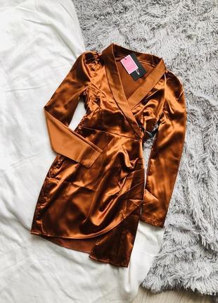 Шикарное сатиновое коричневое платье prettylittlething
