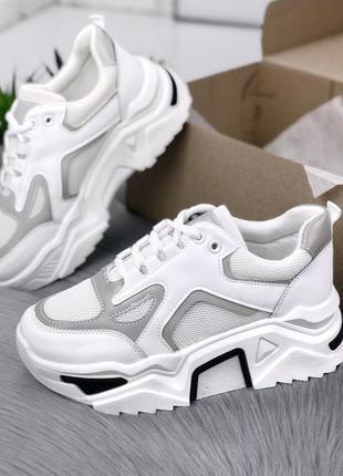 Крутые белые кроссовки с рефлективными вставками