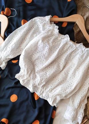 Дышащая белая укороченная блуза топ из прошвы с рюшами с открытыми плечами