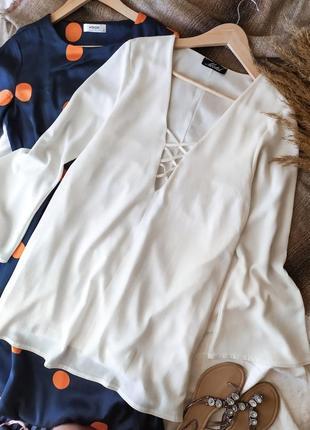 Свободное молочное короткое платье с переплетом на груди с  с расклешенным рукавом