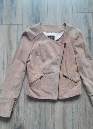 Бежевая замшевая куртка косуха короткая bershka