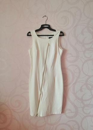 Белое трикотажное платье с молнией впереди