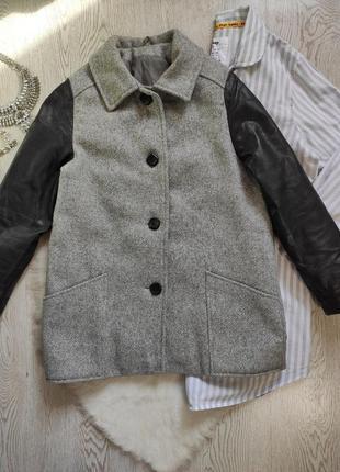 Короткое длинное шерстяное серое утепленное пальто деми с черными кожаными рукавами карман