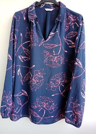 Блузка шифон  темно синього кольору квітковий принт коралового кольору.