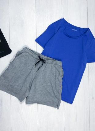Свободные шорты спортивные