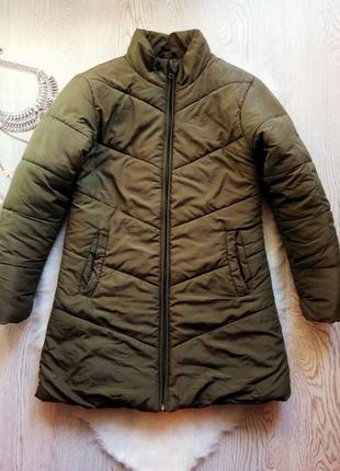 Длинная короткая дутая куртка хаки на молнии с карманами без капюшона деми пуховик пальто