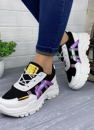 Чёрно-белые кроссовки с цветными вставками