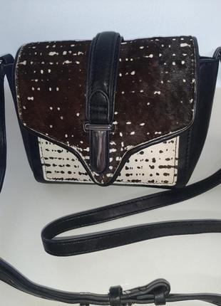 Стильная сумочка кросбоди с меховой отделкой