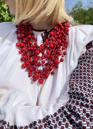 Червоне намисто з дерева