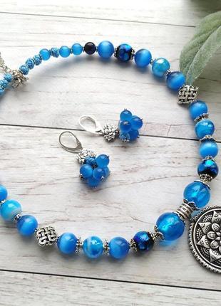 Яскраве блакитне намисто - чокер з підвіскою мандала